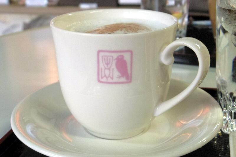 ホットココアを注文したら暁斎の印章をあしらった非売品のカップで出てきました