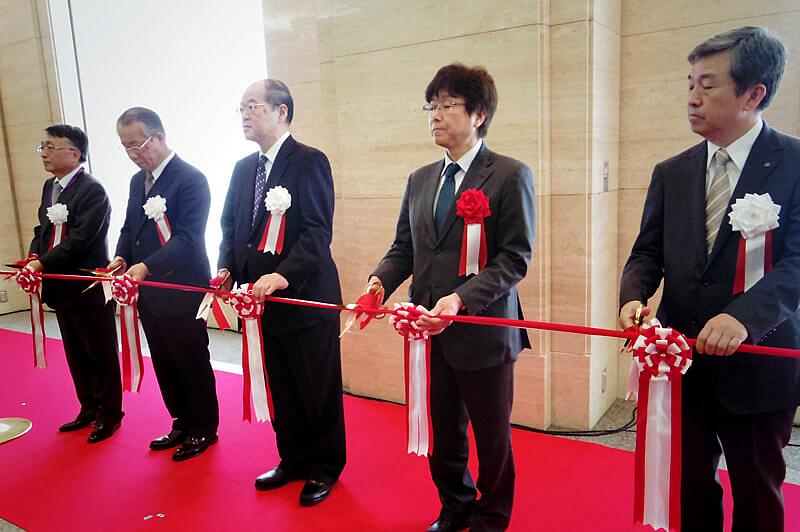 開会を告げるテープカット(中央:東京国立博物館館長 銭谷氏)