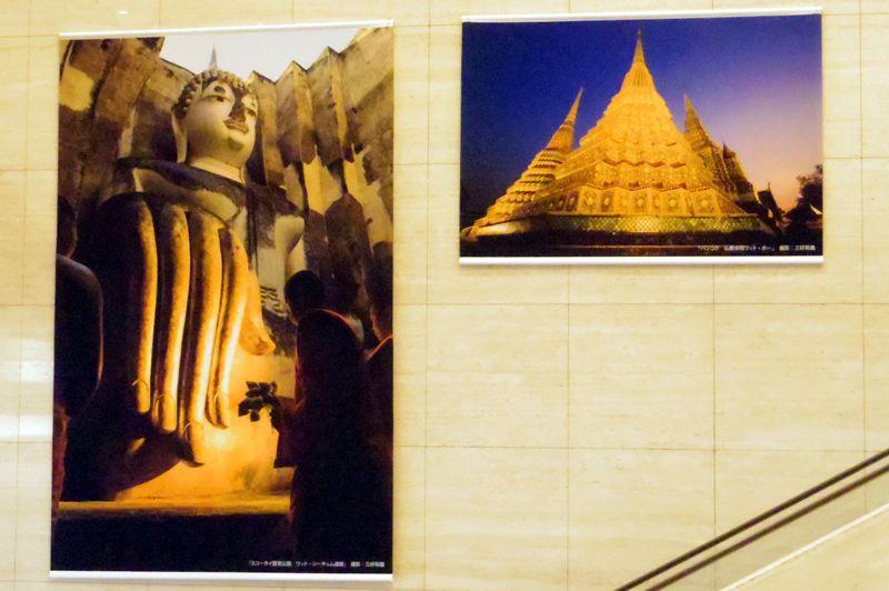 会場までのエスカレーターには写真家の三好和義さん撮影のタペストリーが飾られています