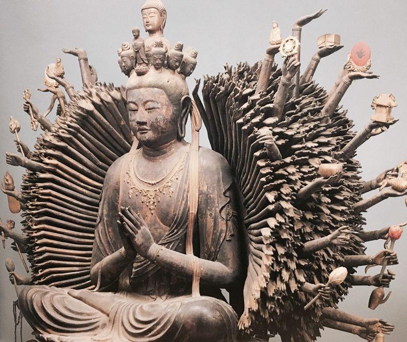 葛井寺の本尊国宝「千手観音菩薩坐像」(図録より)
